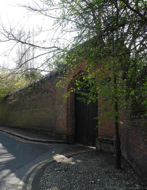 Tilt yard gate